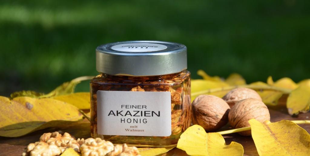 Goldener Herbst ! Und es ist wieder soweit - wunderbar aromatische Walnüsse haben wir geerntet. Walnusshälften wie gemalt und eingelegt in feinen Akazien Honig : köstlich und dekorativ